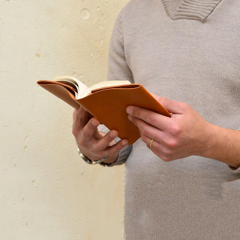 knygos odinis dėklas uzrasine odos dokumentu kalendoriaus knygute praktiskos naudingos dovanos vyrams vaikinui   verslo dovana naturalios odos ranku darbo  knygos odinis deklas kelionems gimtadienio dovana sukaktuvems teciui tevo dienos proga 12 ruda