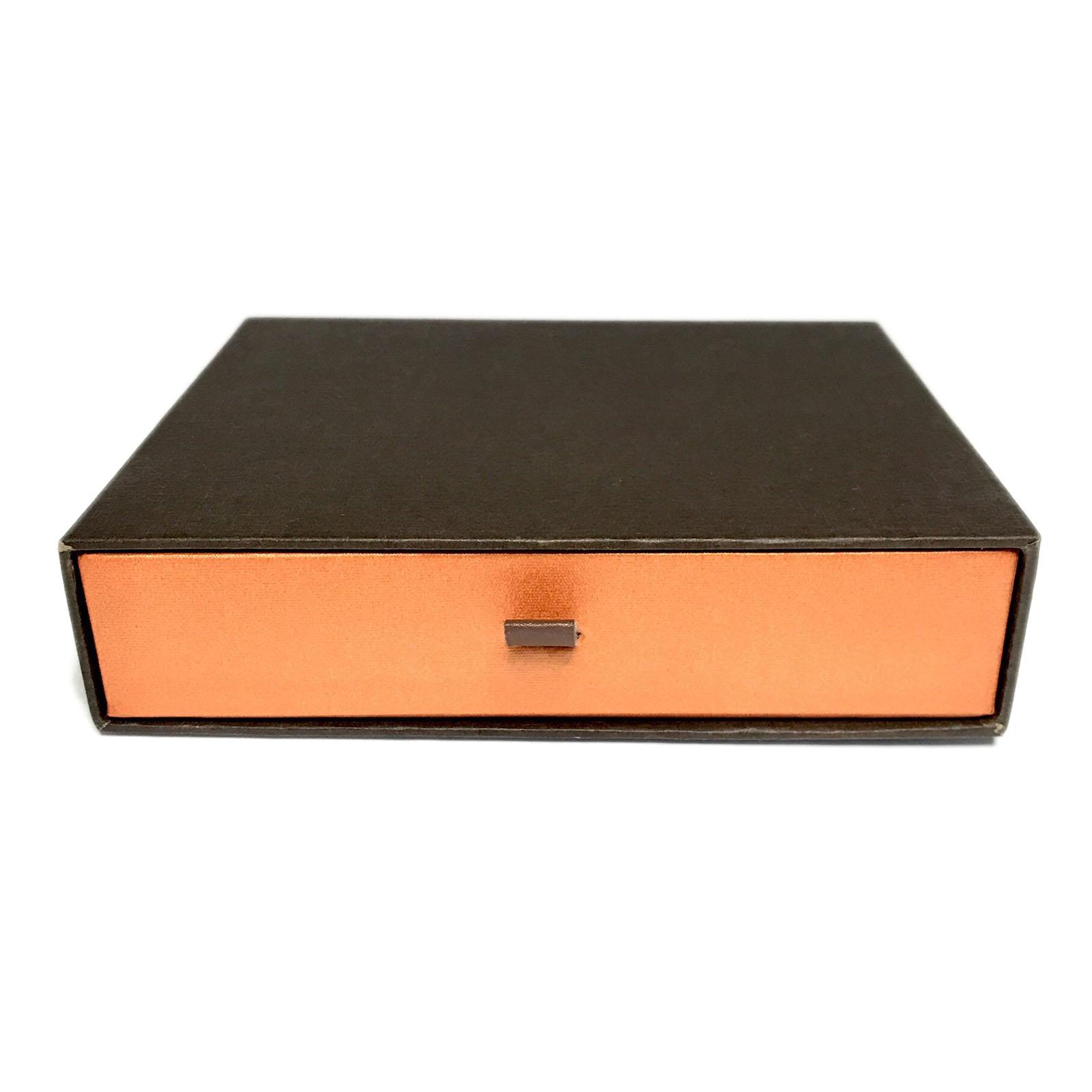 kartonine dezute orandzine stalciukas su juodu kokybiskos dovanu dezutes