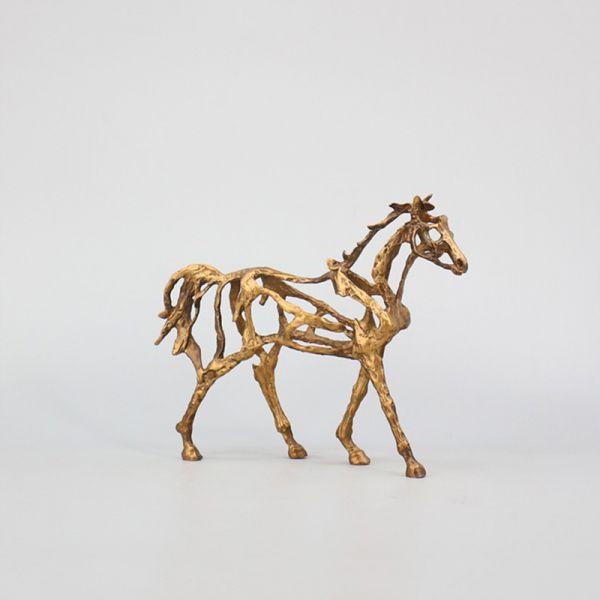 zirgo statulele siuolaikiska meniska  moderni arklio firurele modelis  biurui ant stalo lentyna meniska metaline aukso spalvos geltona verslo dovanos bosui sefui vadovui direktoriui